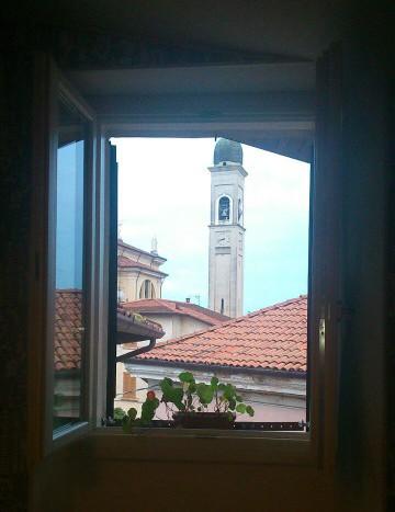 Il campanile molesto, ben visibile dalla finestra